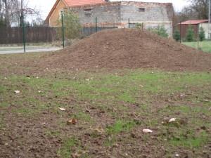 kopeček v jinak rovinaté zahradě